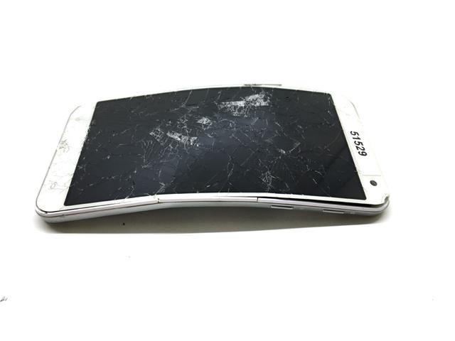 Smartphone rotto schiacciato da un auto